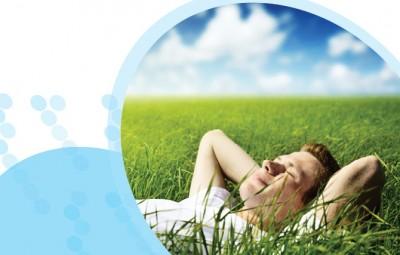 אדם נח בדשא