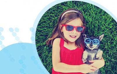 ילדה מחבקת כלב
