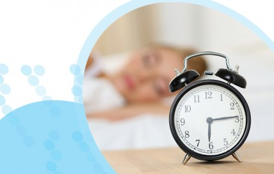 אישה ישנה עם שעון מעורר