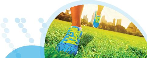 נעלי ספורט על דשא