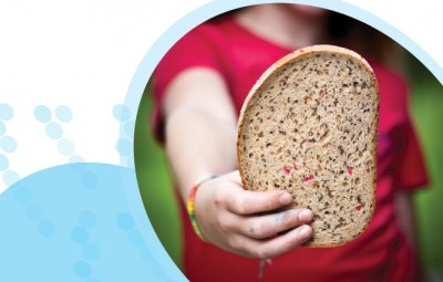 ילדה מחזיקה לחם