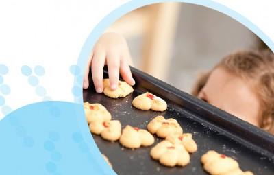 ילדה שרוצה לקחת עוגיות