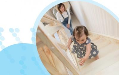 ילדה קטנה עולה במדרגות
