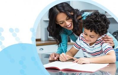 אמא מלמדת ילד להחזיק עיפרון