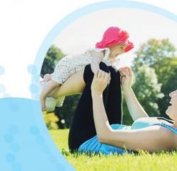 אמא מתעמלת עם תינוק בידיים