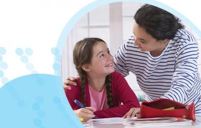 ילדה מכינה שיעורים עם אמא