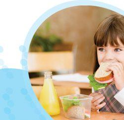 ילדה חמודה אוכלת