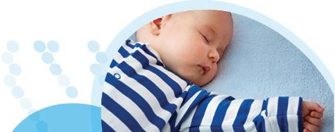 תינוק לבוש חולצת פסים ישן עם ידיים פרושות לצדדים