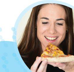 הדיאטנית שלנו מחזיקה משולש פיצה