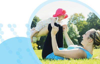 אישה שוכבת על הגב עם תינוק