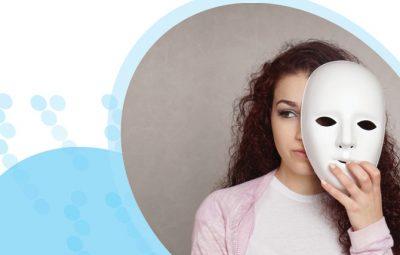 אישה מסתירה חצי פנים עם מסיכה לבנה