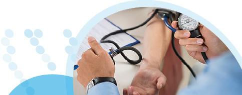 רופא מודד לחולה לחץ דם