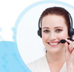 אישה מחייכת עם אוזניות מוקדנית ומיקרופון אוחזת במיקרופון ביד שמאל