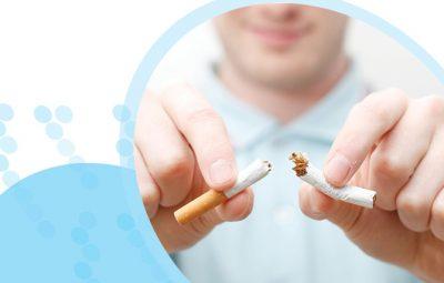גבר לבוש בחולצה בצבע תכלת שובר סיגריה