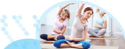 שלוש נשים בשיעור התעמלות, יושבות ישיבה מזרחית ומותחות את יד ימין לכיוון שמאל