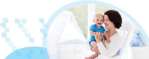 אם יושבת על כיסא ומחזיקה בידיה תינוק מחייך