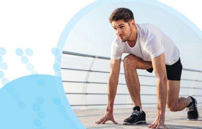 גבר בבגדי ספורט בעמדת זינוק לקראת ריצה