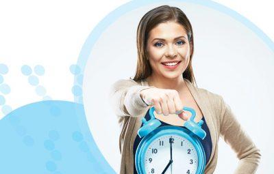 אישה מחזיקה שעון מעורר גדול