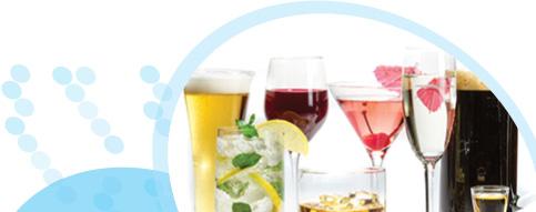 כוסות משקאות אלכוהוליים: בירה, יין, וקוקטילים על רקע לבן
