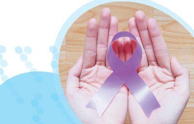 סרט סגול למודעות לסרטן מונח על שתי כפות ידיים